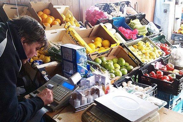 Používanie  registračných pokladní colníci kontrolujú aj v malých stánkoch, na jarmokoch či trhoch.