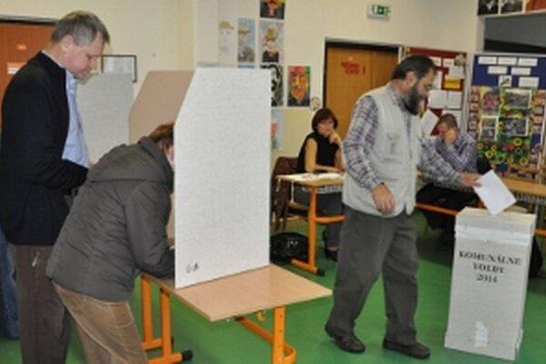Nevidiaci Jozef Búroš čaká, kým manželka za neho označí vybraných kandidátov.