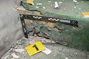 Na tomto mieste na vstupnom schodišti došlo k výbuchu.