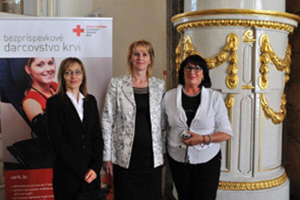 Marta Peňáková (v strede) pri preberaní ceny pre spolok SČK v Kline.
