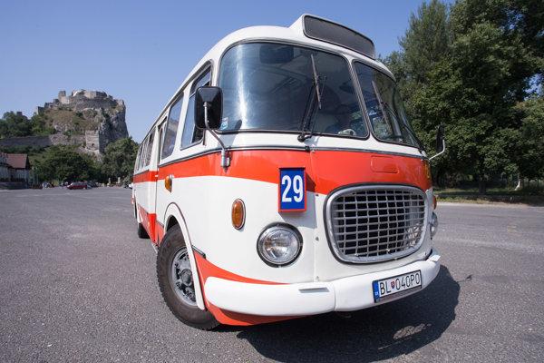 Historický autobus s číslom linky 29 počas príchodu zo zastávky Most SNP na hrad Devín.