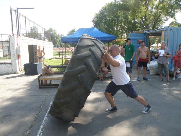 Prevracanie pneumatiky predvádza súťažiacim hlavný rozhodca turnaja Peter Šupák