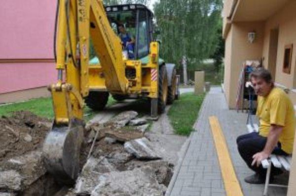 Daliborovi Mačuhovi došla trpezlivosť, preto začal cez dvor kopať kanál na odvod dažďovej vody.