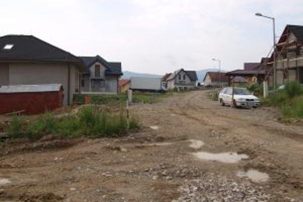 Metská časť Čerchle. Nových domov pribúda. Ich napojenie na kanalizáciu brzdí viacročný spor samosprávy s majiteľmi pozemkov.