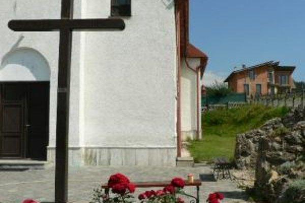 Ďalšie možné miesto pre zosnulých je v prístavbe kostola z pravej strany.