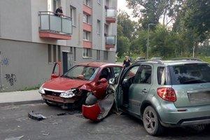 Zrážka dvoch vozidiel na Hviezdoslavovej ulici.