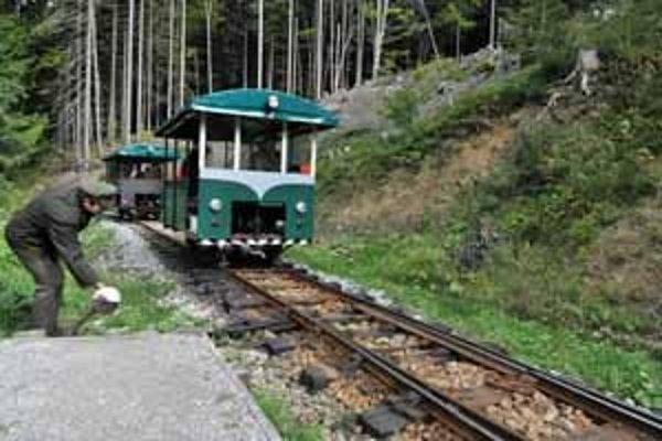 Skúšobná jazda úvraťami obnovenej lesnej železničky.