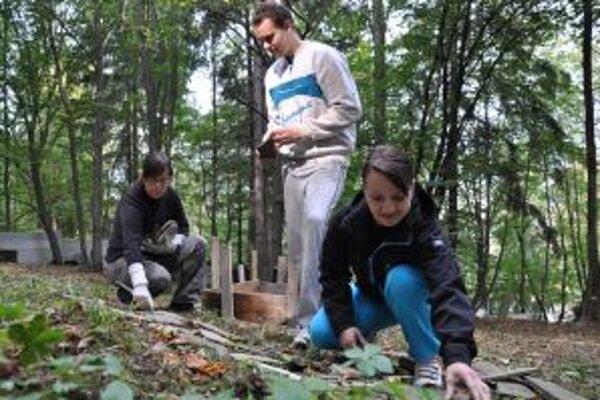 Dobrovoľníci zo SNE postavili pomník obetiam holocaustu.