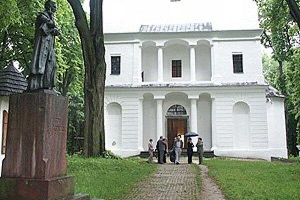 Socha Antona Bernoláka pred slanickým kostolom.