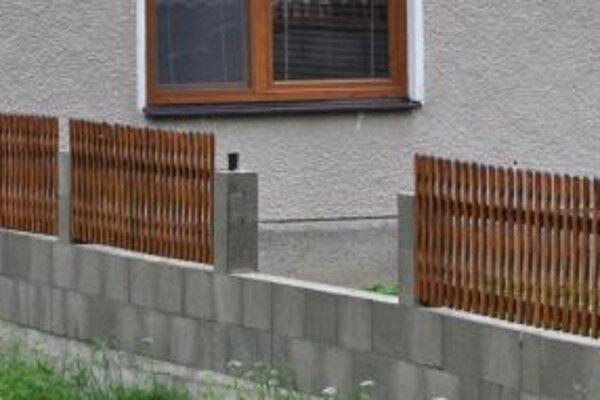 Vandali poškodzujú pravidelne plot rodinného domu pri obecnom úrade.