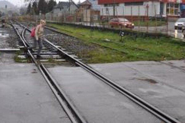 Na železničnom priecestí pri hlavnej stanici v Dolnom Kubíne sa stalo viacero nehôd.