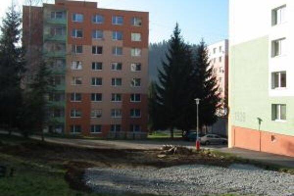 Na Banisku medzi bytovkami budú parkovať autá.