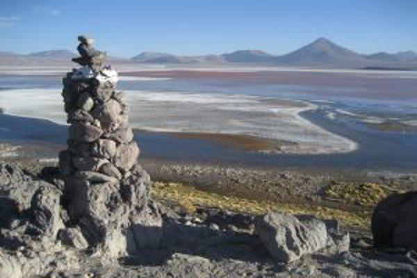 Farebná lagúna v Bolívii.
