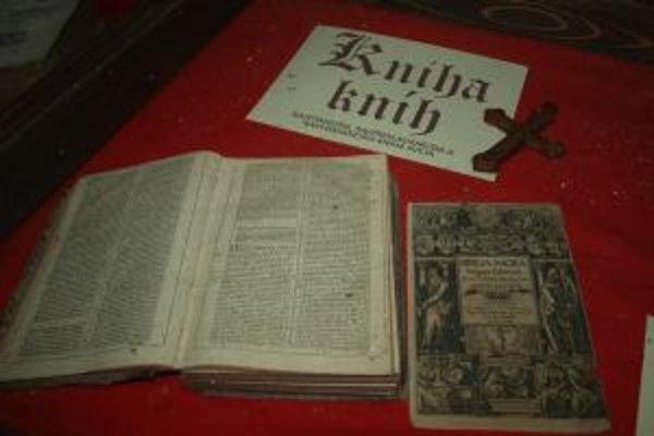 Najstaršia biblia vo farskej knižnici, pochádza z roku 1618.