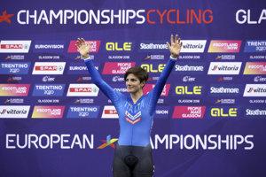 Talianska dráhová cyklistka Maria G. Confalonieriová oslavuje víťazstvo v bodovačke žien na dráhových majstrovstvách Európy v Glasgowe.