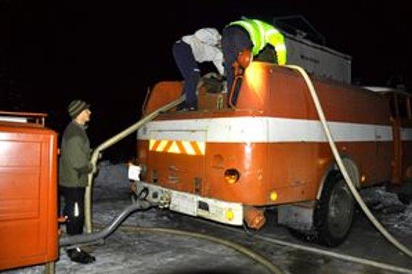 Dobrovoľným hasičom z Hornej Lehoty sa do príchodu profesionálov podarilo požiar výrazne utlmiť.