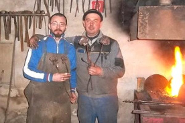 Miroslav Krivda (vľavo) a Rudolf Gerek s ružami súcitu.