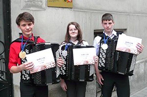 Úspešní akordeonisti priniesli domov viacero ocenení. Zľava Jozef Piták, Erika Žitňáková a Radovan Vrana na medzinárodnej súťaži Ostrava 2013.