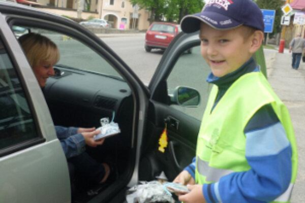 Ohľaduplní vodiči si od školákov vyslúžili medovník.