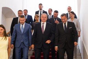 Premiér Pellegrini, prezident Kiska a Andrej Danko po spoločnom rokovaní.