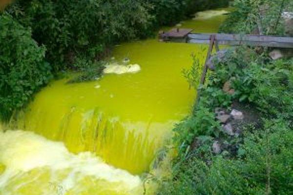 Leštinský potok s nezvyčajnou farbou.