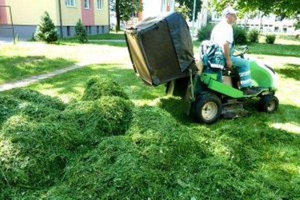 Pokosená tráva zrekultivuje bývalú skládku komunálneho odpadu v Širokej.