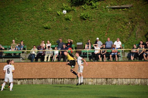 """V pozadí diváci na provizórnej """"tribúne"""" počas zápasu úvodného kola Slovnaft Cupu Oščadnica – Námestovo."""