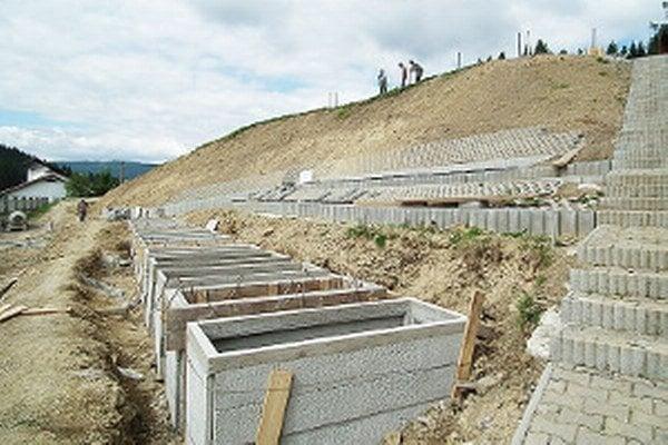 Nové hrobové miesta na novotskom cintoríne.