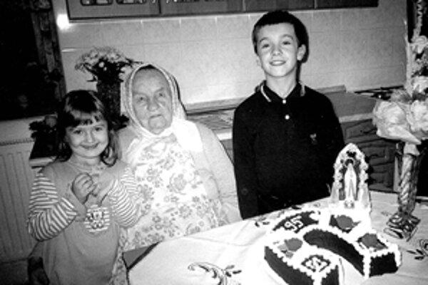 Cecília Fandáková s pravnúčatkami Kristínkou a Pavlom na ostave 95. narodenín.