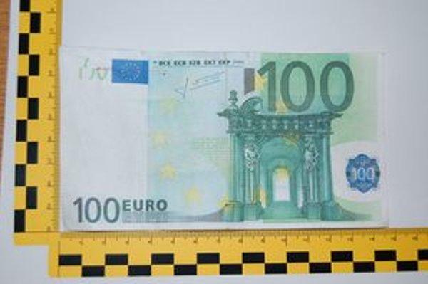 Falšovanie stoeurových bankoviek zaznamenala polícia aj v minulosti.