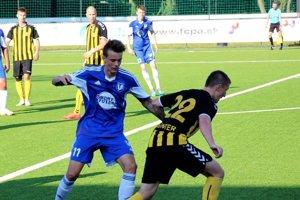 Šimon Bujna (v modrom) v drese Ivanky pri Dunaji v zápase tretej ligy proti Interu Bratislava.