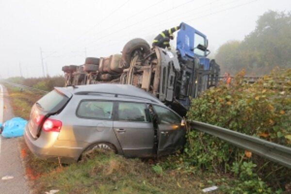 Pri tejto tragickej nehode zomreli dvaja ľudia, tretí na následky zranení.