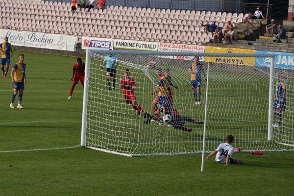 Vyrovnávajúci gól Púchovčana Kvaššaya proti D. Strede na 1:1.
