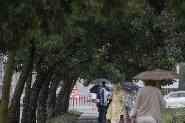 Cez víkend sa ochladí a na väčšine územia očakávame dážď.