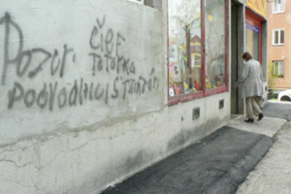 Nápisy na stene. Ich autor je neznámy, podľa starostu sú za tým jeho neprajníci.