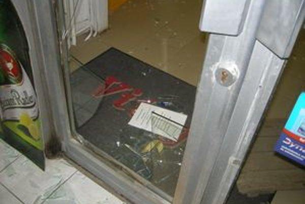Anton sa do predajne potravín dostal cez rozbité dvere.