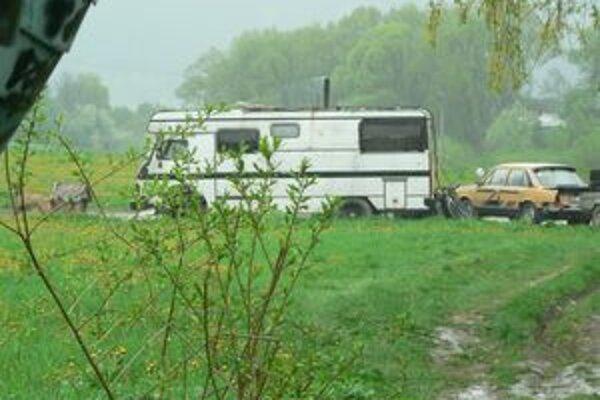 Karavan. Majiteľ sa s ním sťahuje z miesta na miesto. V súčasnosti zaberá súkromný pozemok v Istebnom.