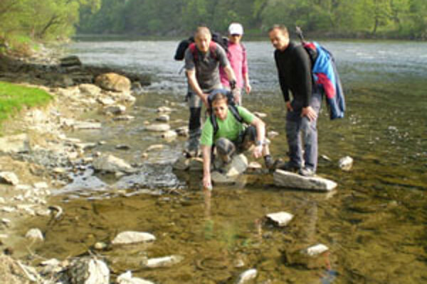 Vzorka vody zo sútoku Oravy a Váhu pôjde do Holíča – na celoslovenské zlievanie.