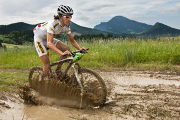Náročné podmienky. Cyklisti sa neraz borili v takomto blate.
