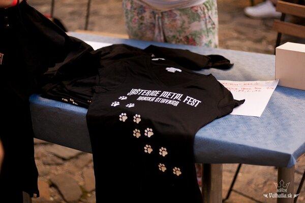 Festival má aj svoje tričká.