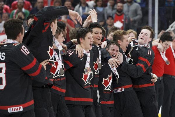 Mladí Kanaďania oslavujú triumf na turnaji Hlinka Gretzky Cup.