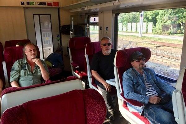 Skupina Kabát vo vlaku.