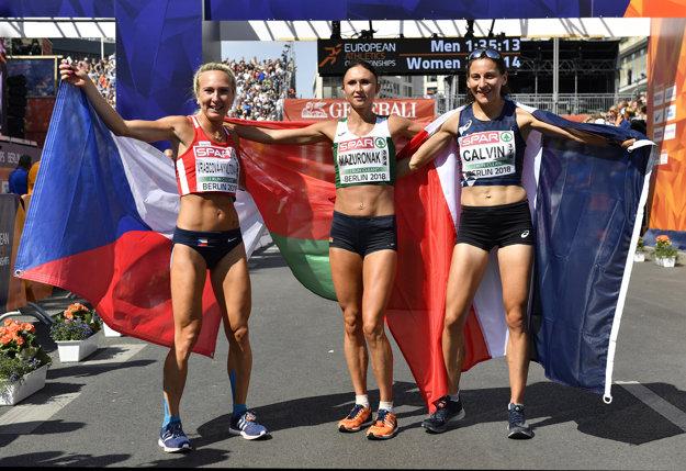 Víťazka maratónu Volha Mazuronaková (uprostred), druhý Clémence Calvinová (vpravo) a bronzová Eva Vrabcová-Nývltová (vľavo).