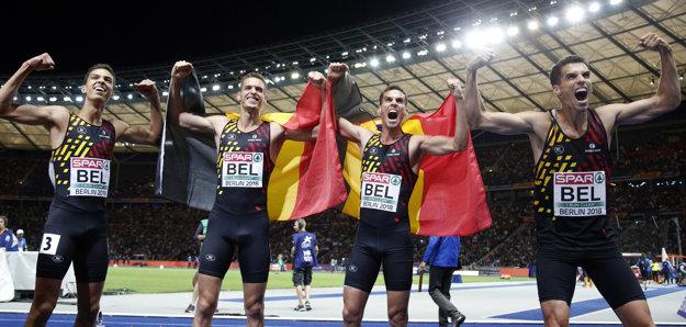 Belgická štafeta v zložení zľava Jonathan Borlée, Dylan Borlée, Kevin Borlée a Jonatha Sacoor sa raduje v cieli zo zisku zlata v štafete mužov na 4x400m.
