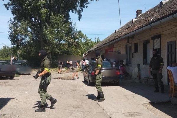 Policajná razia v Seredi.