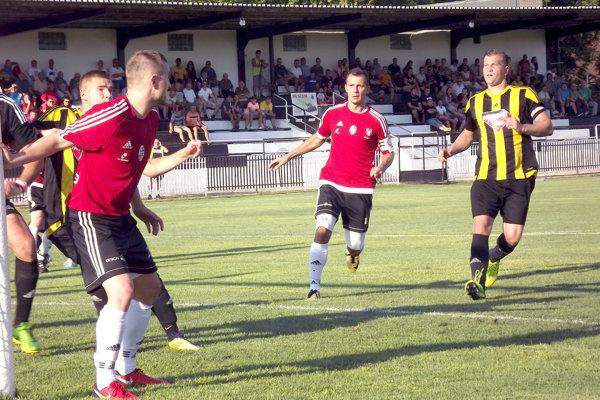 V derby zápase Oblastných majstrovstiev pred 400 divákmi proti sebe nastúpili dve mužstvá, ktoré vprvom kole naplno bodovali. Duel napokon lepšie vyšiel hosťom zo Želiezoviec.