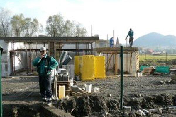 Vo výstavbe. Zberný dvor, ktorý vyrastá v Sedliackej Dubovej, má obci pomôcť vyriešiť problém s nepovolenými smetiskami.