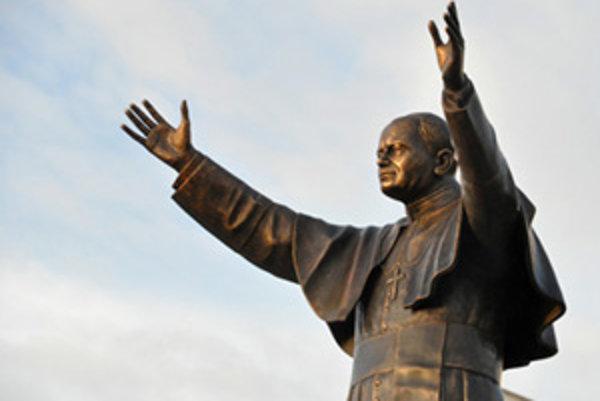 Bronzová socha bl. Jána Pavla II. Víta návštevníkov zo širokého okolia slovensko-poľskej hranice.