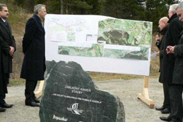 Výstavba nového úseku cestu medzi Dolným Kubínom a Ružomberkom oficiálne začala v pondelok 21. novembra poklepaním základného kameňa.