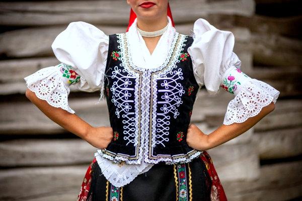 Folklórna skupina Raslavičan vo svojich krásnych krojoch žne úspech za úspechom. (Zdroj: REDAKCIA)